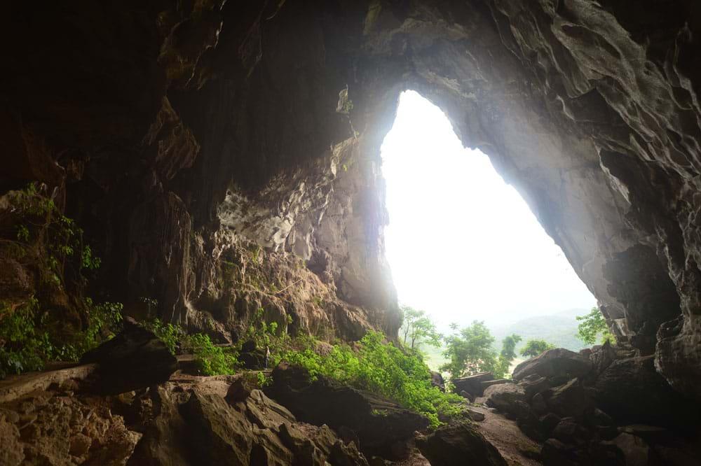 Cửa hang nhìn ra cánh đồng Xuân Lao, huyện Mường Ảng.