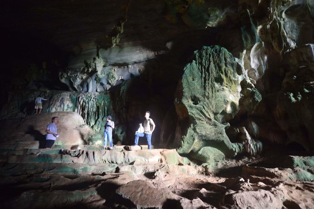 Thạch nhũ có kiến tạo hình ruộng thang trong hang Thẩm Váng.