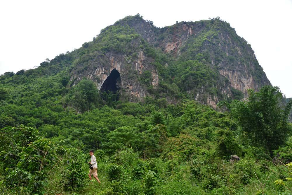 Cửa hang Thẩm Váng nhìn từ chân núi.