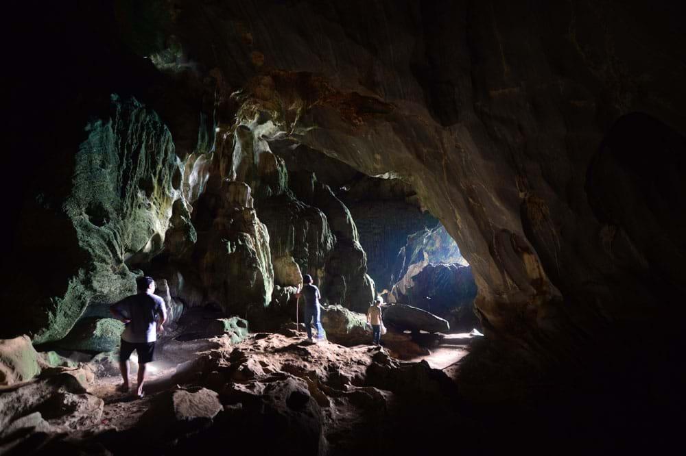 Phần hang khô với các khối thạch nhũ bị phong hóa, rong rêu.